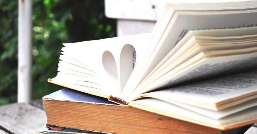 本のページがハートになっている