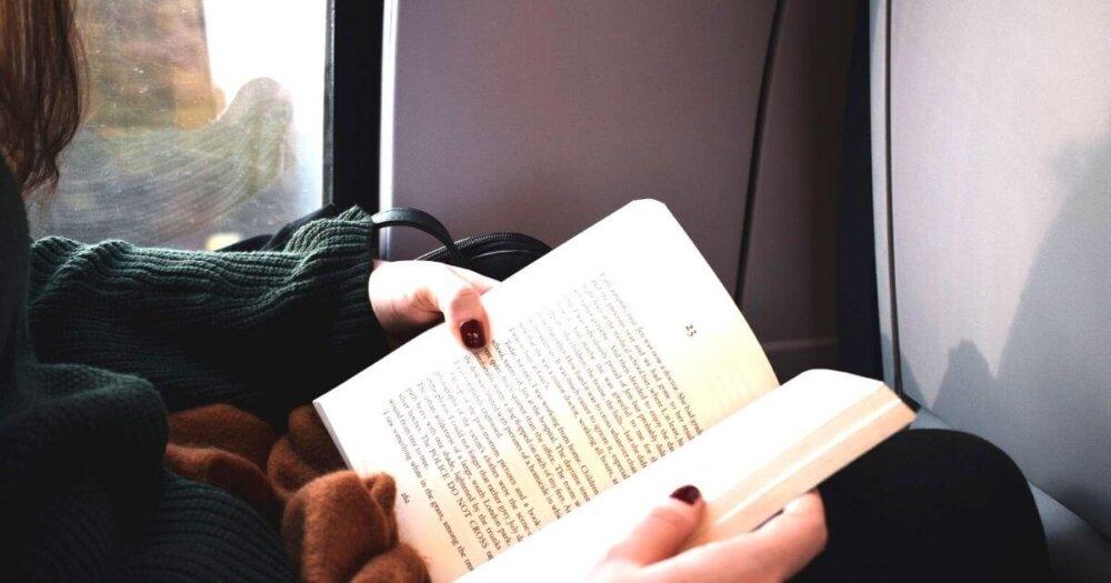 電車で本を読む