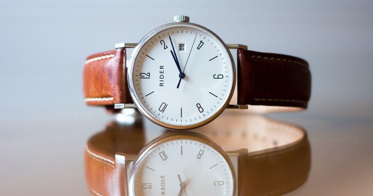 置かれた腕時計