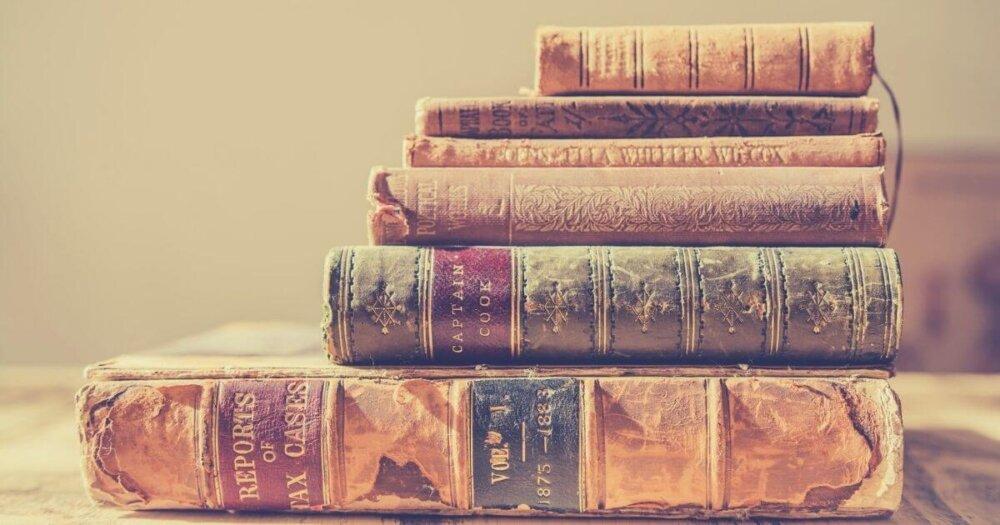 積まれた書籍