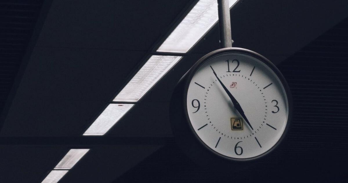 吊り下がる時計