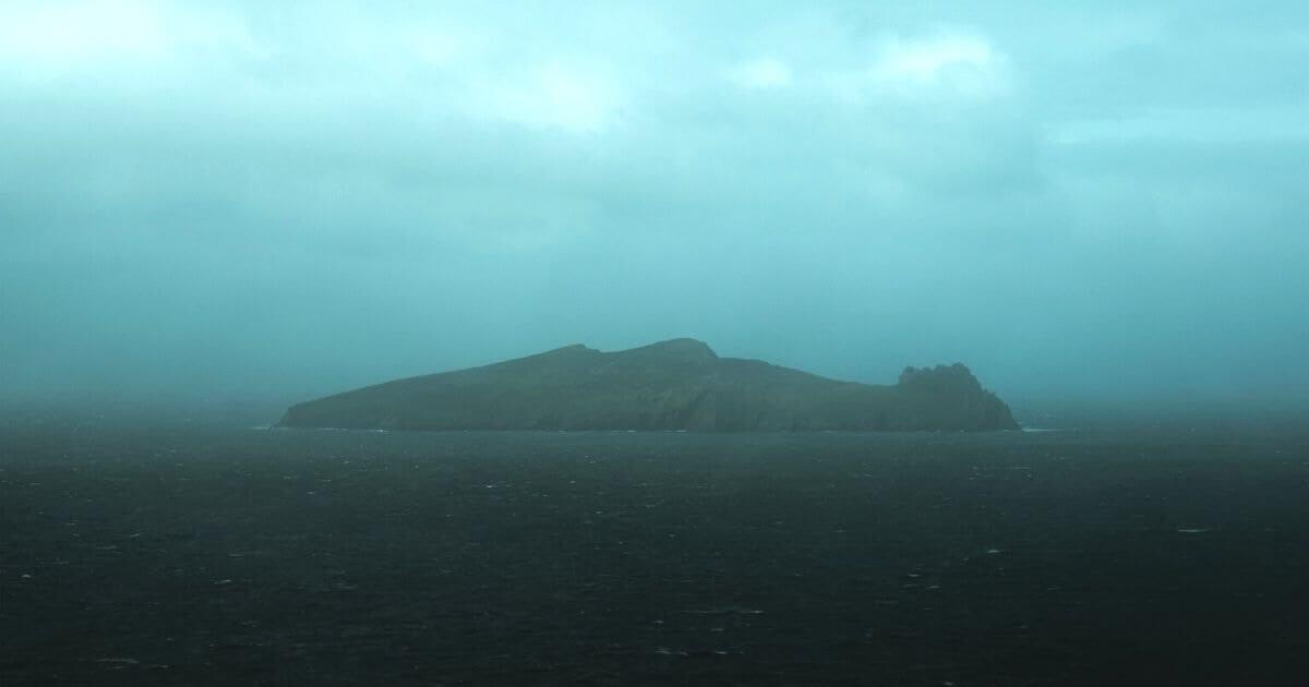 霧がかかった島