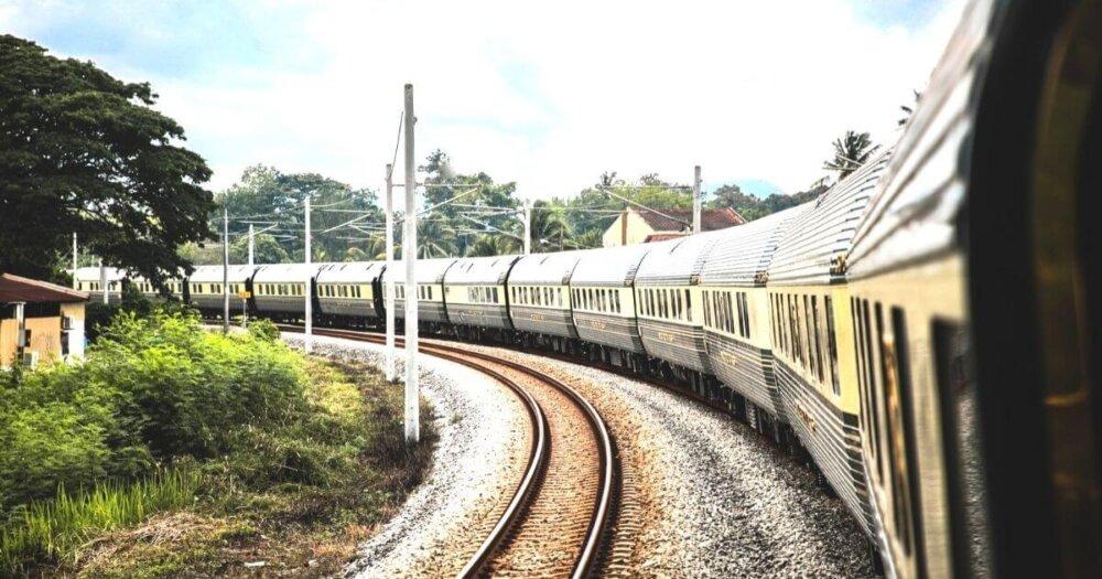 線路のカーブを曲がる電車
