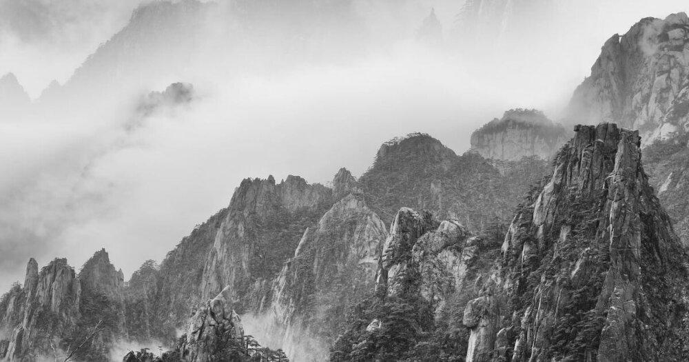 モノクロの山