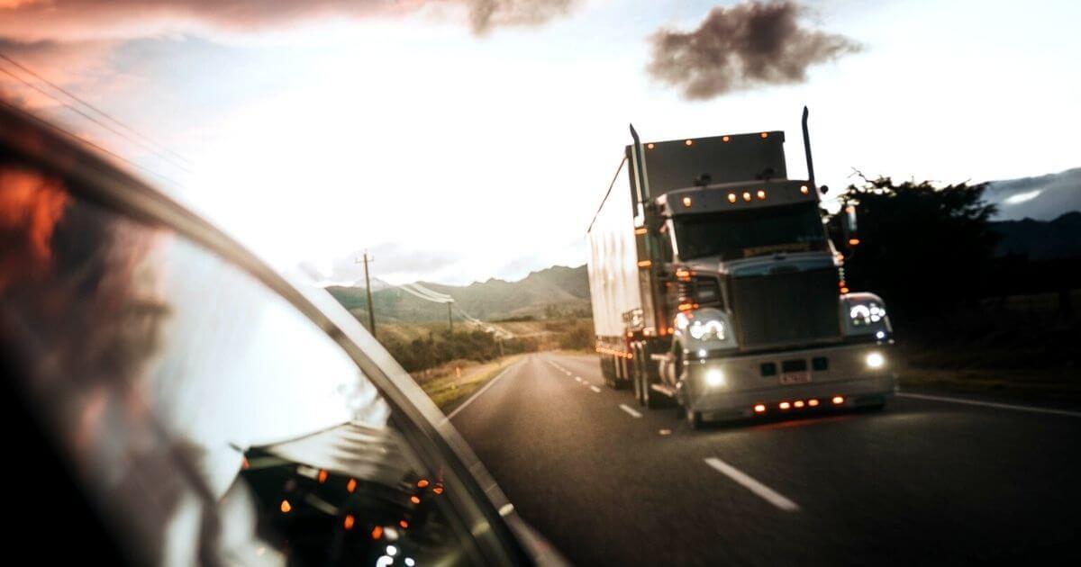 道路でトラックとすれ違う