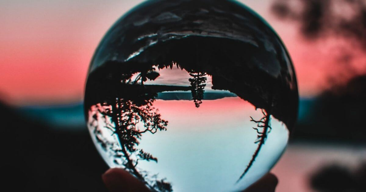 水晶に映った逆さまの風景
