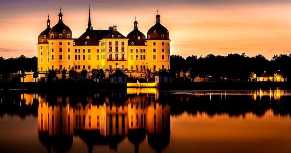 夕暮れの湖面の城