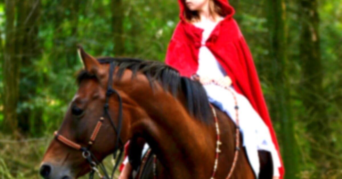 馬に乗る赤ずきん