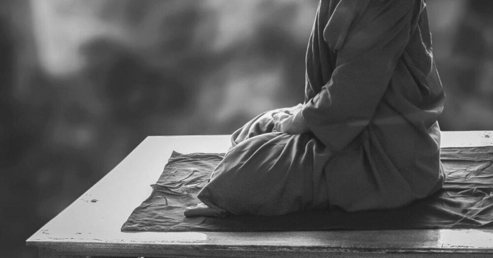 座禅を組む修行僧
