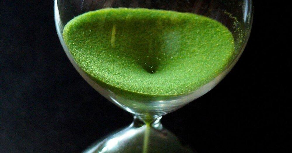 砂が落ちる緑の砂時計
