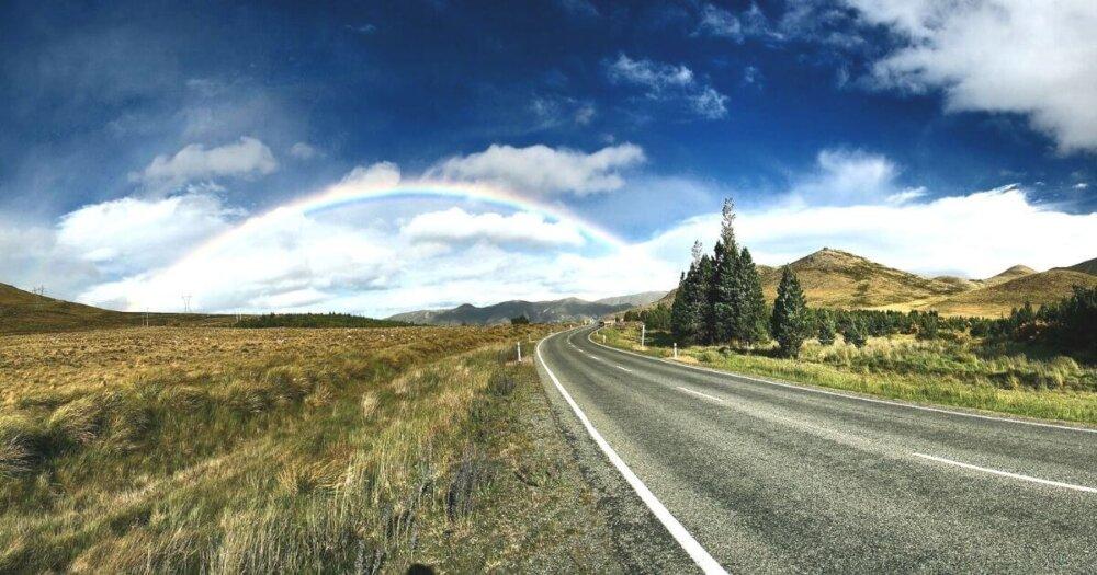 虹が見えるハイウェイ